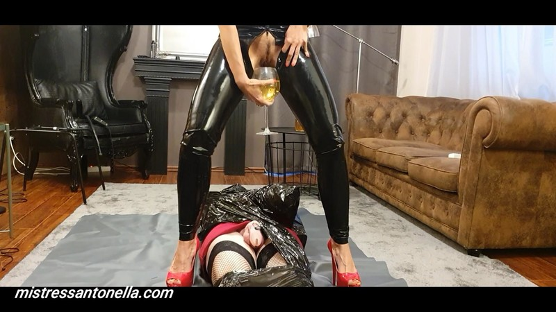 Amazing uro on her sissy mummified by Mistress Antonella [FullHD 1080P]